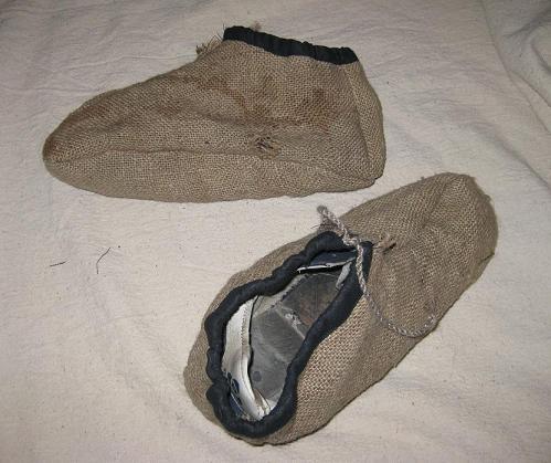 Если обувь кричит современностью(кеды, кросовки итп), то поверх нее надо сшить тряпичные бахилы имитирующие...