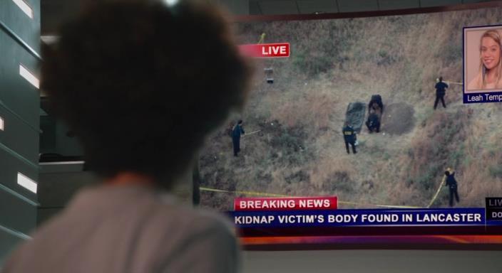 Операторы службы спасения смотрят новости