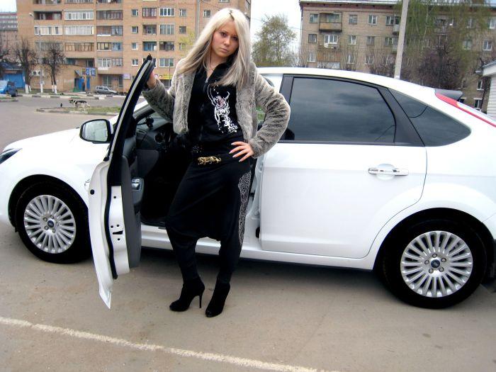любительские фото брюнетки возле автомобилей
