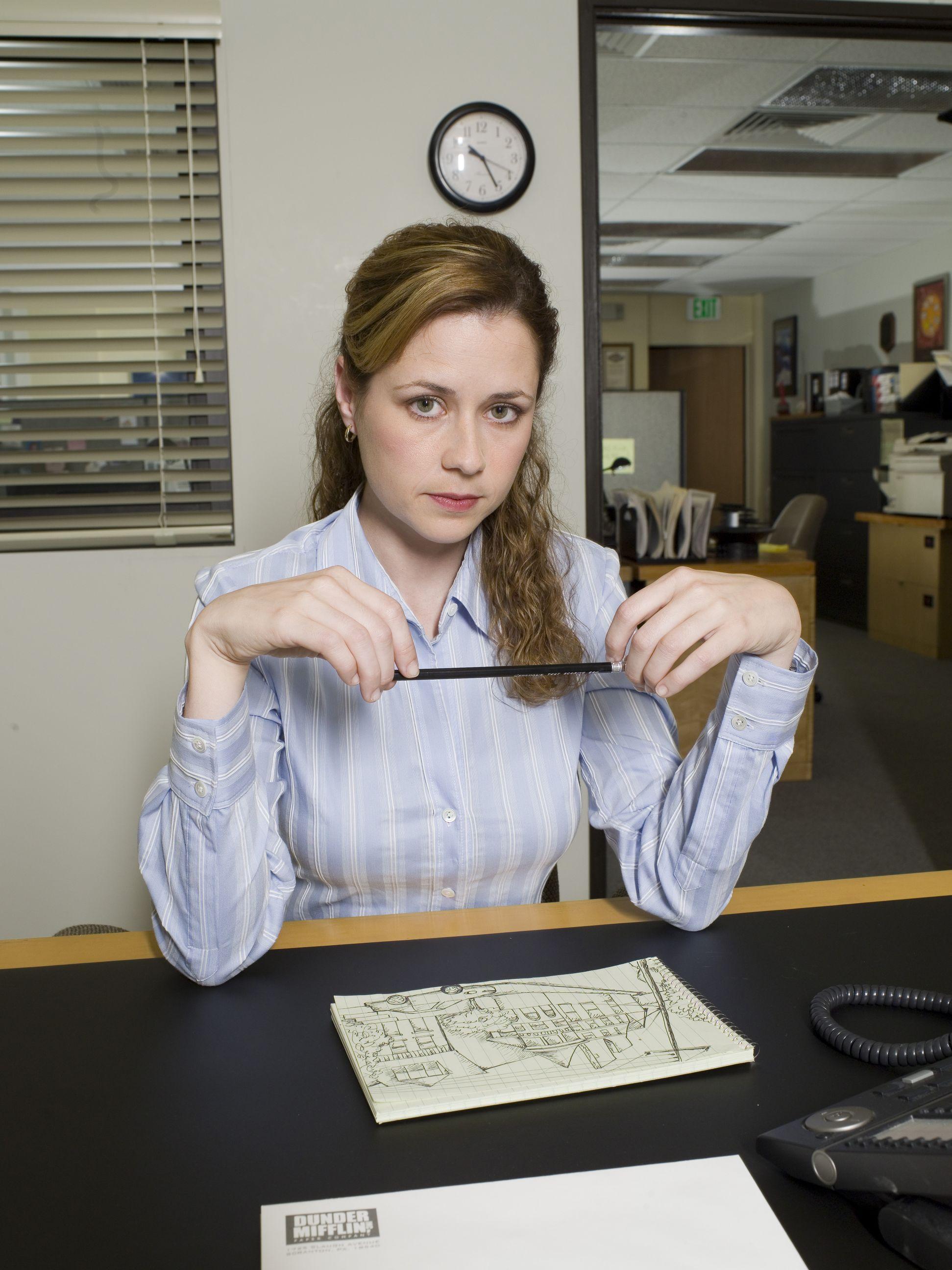 Три женщины закрылись в офисе 13 фотография