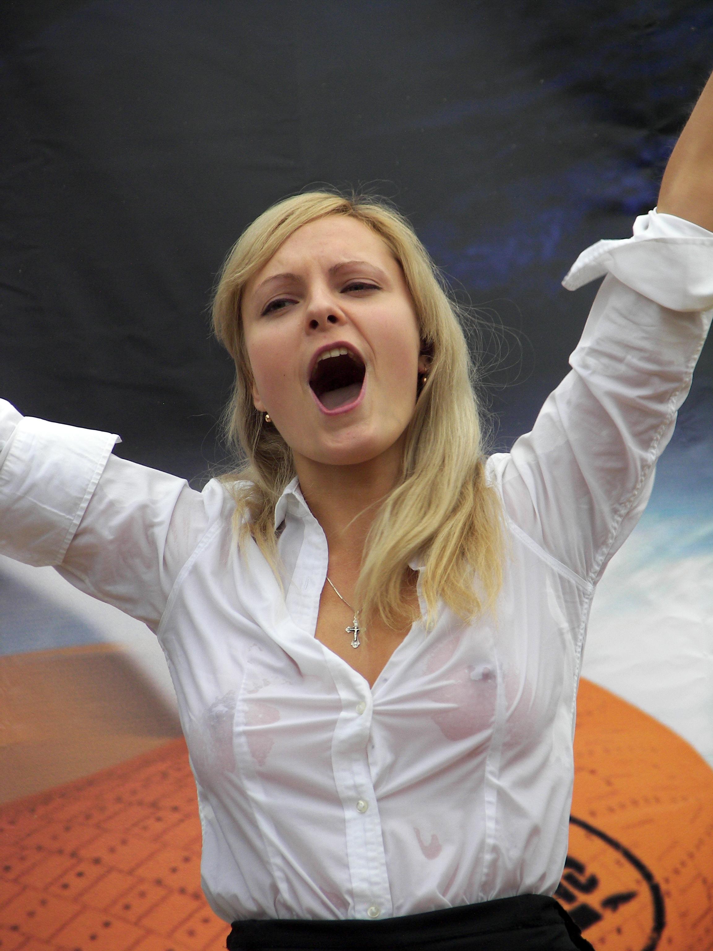 Фото девушки на конкурсе мокрых маек