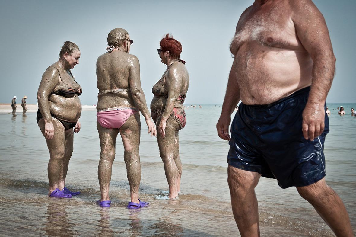 """Купание в грязи Мертвого моря"". Автор: Ник Рилей (Nick Riley)"